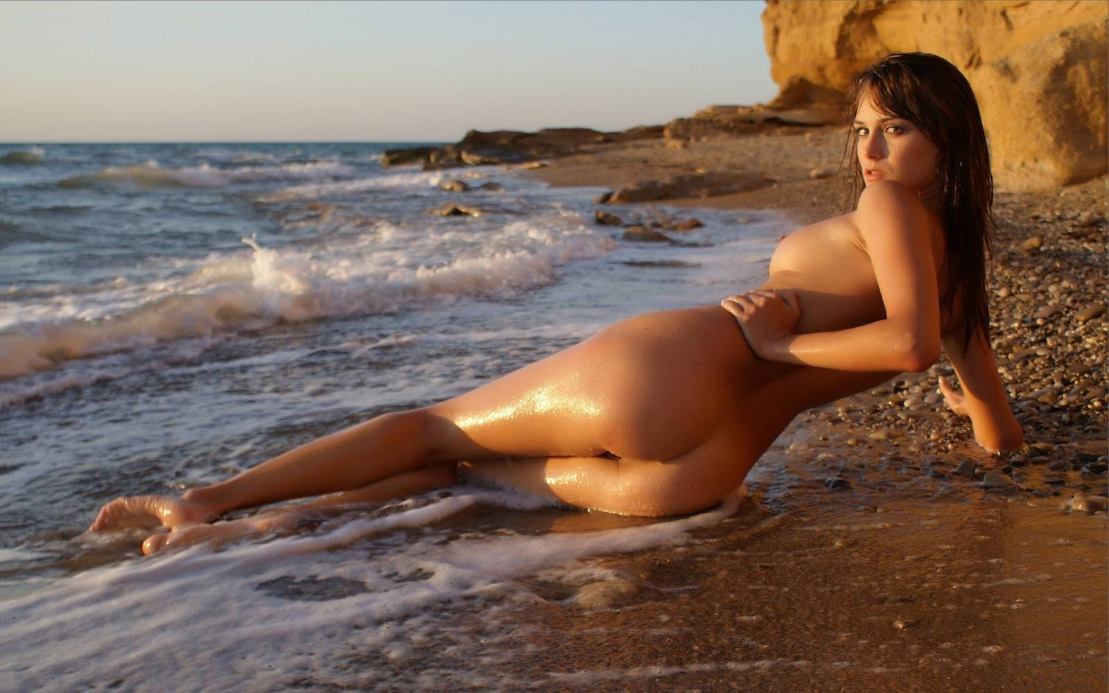 Сучка с небритой пиздой на пляже 23 фотография